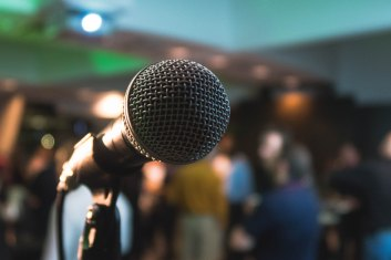 microphone Kane Reinholdsten Unsplash